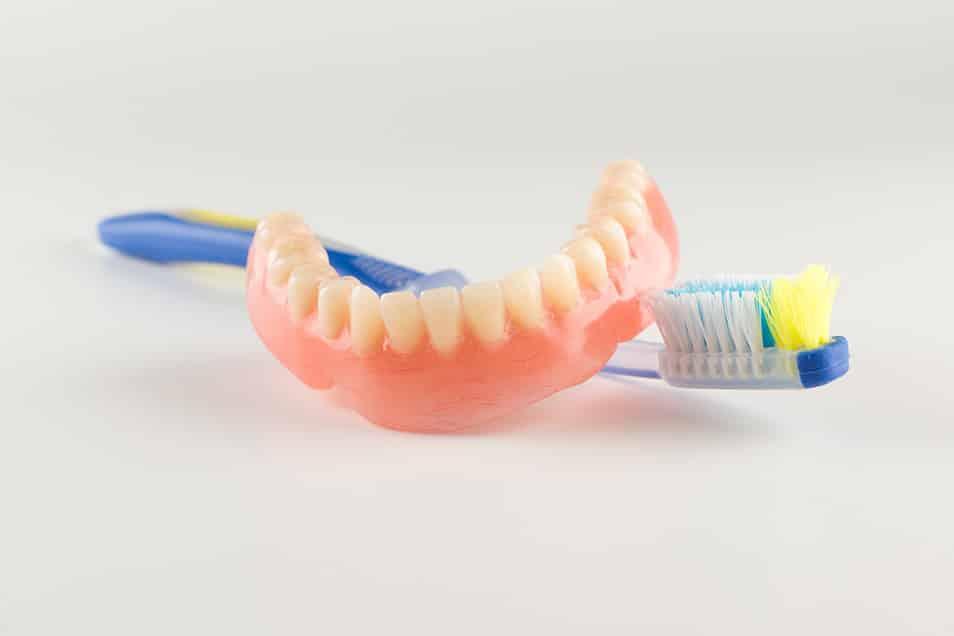 Zahnersatz richtig reinigen - so bleiben die dritten Zähne lange sauber